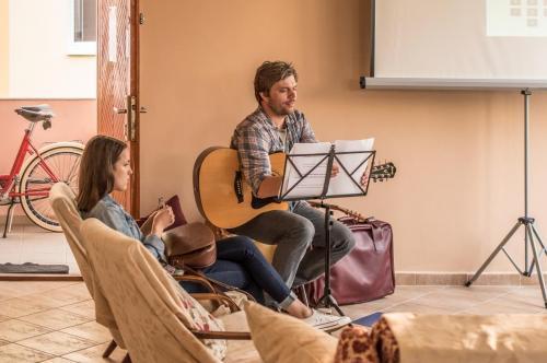 Matej Drobný osviežil program o tematické piesne.